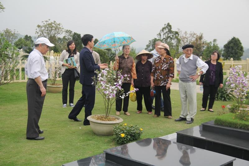 Hình ảnh khách hàng tham quan đất nghĩa trang và được tư vấn tận tình